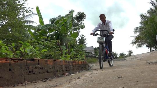 Lão nông chế tạo xe đạp chạy bằng máy cắt cỏ